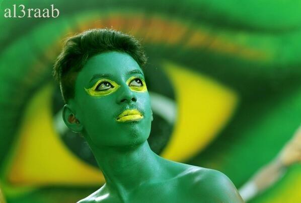 مشجع صبغ نفسه بألوان علم البرازيل في كالكوتا، الهند