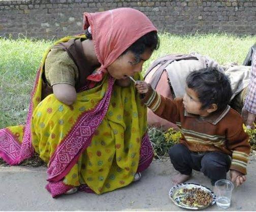 طفل آسيوي يُطعم أمه بيده .. أحقّ الناس بصحبتك .. أمك
