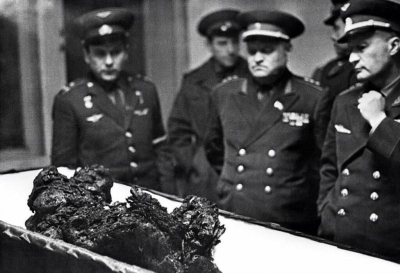 بقايا جثة رائد الفضاء السوفييتي فلاديمير كوماروف بعد اصطدام مركبته بالأرض حين عودته من الفضاء عام 1967م.