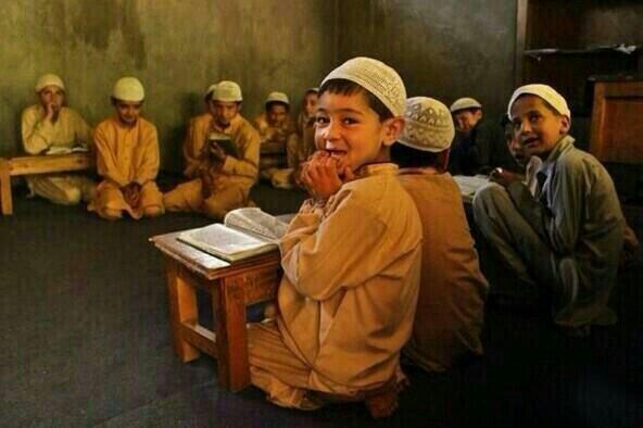 صورة أطفال باكستانيون يتعلمون القرآن الكريم في أحد حلقات التحفيظ في باكستان.
