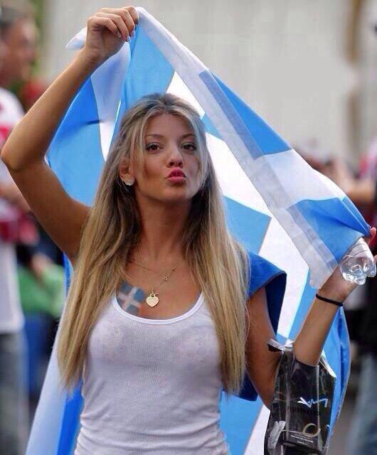 مشجعات مباراة كولومبيا واليونان