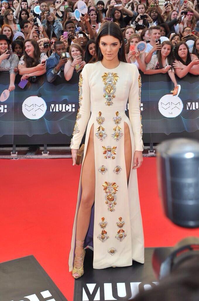 فستان كيندال جينر المثير للجدل في حفل جوائز MMVA