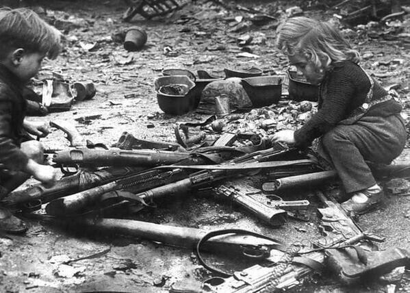 صورة أطفال يلعبون بأسلحة في برلين عام 1945م.