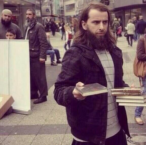 #صورة لشاب مسلم في #ألمانيا وهو يوزع القرآن الكريم في الشارع وذالك مع قرب شهر رمضان.