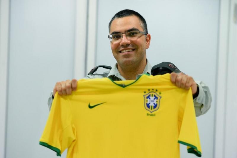 افيخاي ادرعي بصورة مع قميص البرازيل