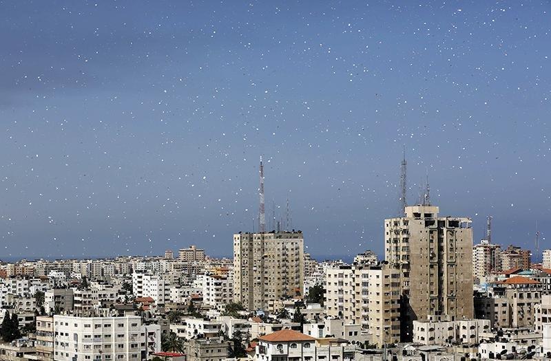 القوات الصهيونية تمطر غزة بمنشورات لمحاولة اضعاف السكان نفسيا #غزة_تحت_القصف