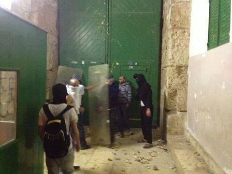 شباب فلسطين يسيطرون على باب الملك فيصل في الأقصى بعد هروب المستوطنين #غزة_تحت_القصف
