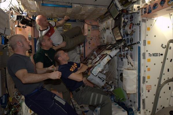 رواد الفضاء يتابعون نهائي #كاس_العالم