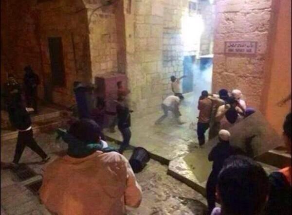 اشتباكات حول بوابات المسجد الأقصى الان #غزة_تحت_القصف