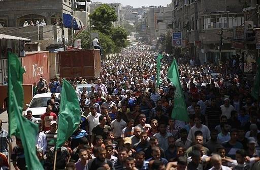 الجموع التي شيعت زوجة وابن محمد الضيف #غزة_تحت_القصف