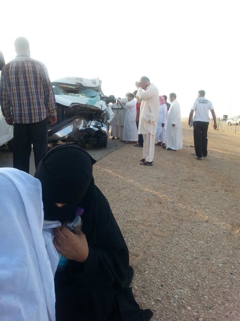 صورة #حادث_معلمات_على_طريق_الرياض_الزلفي معلمة من المصابات يغطيها رجل بغترته