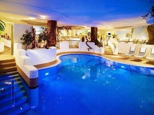 حوض سباحة داخلي في قصر في ايطاليا