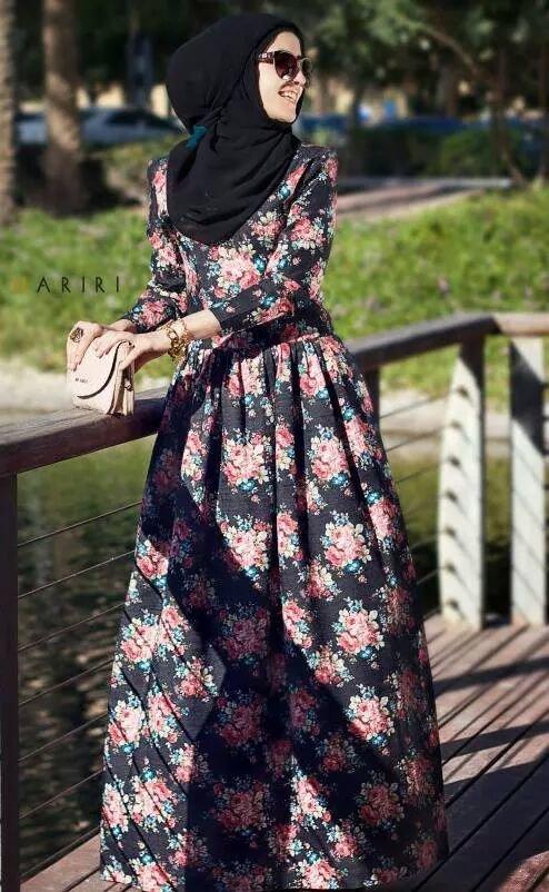 فستان أرضيته سوداء منقش بالأزهار بأكمام طويلة وقصة رائعة - ملابس محجبات #محجبات