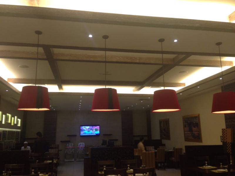 استخدام ثريات على شكل طرابيش في مطعم زهرة لبنان في الخالدية مول #أبوظبي