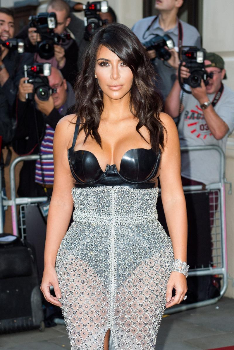 #كيم_كارداشيان في حفل GQ بفستان مثير للجدل #مشاهير 3