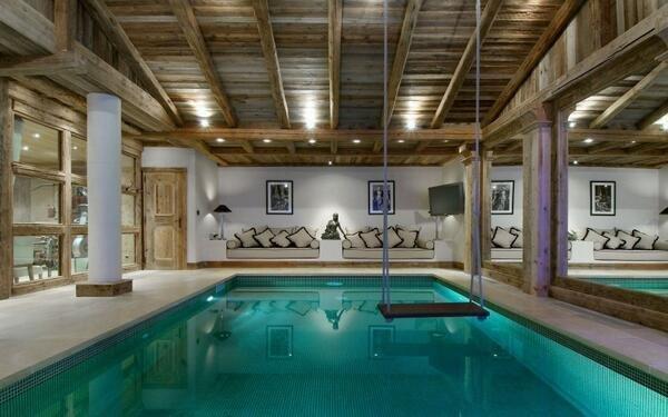 حوض سباحة مع جلسة في احد قصور سويسرا