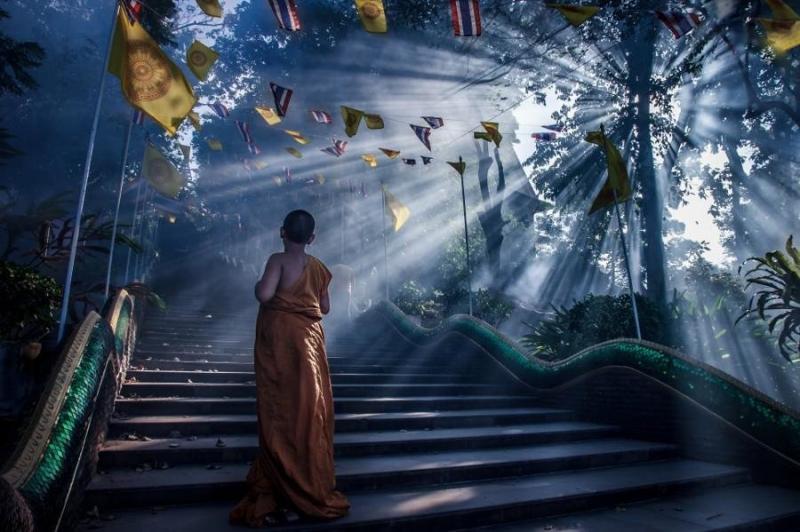 منظر رائع لشروق الشمس على درج معبد بوذي