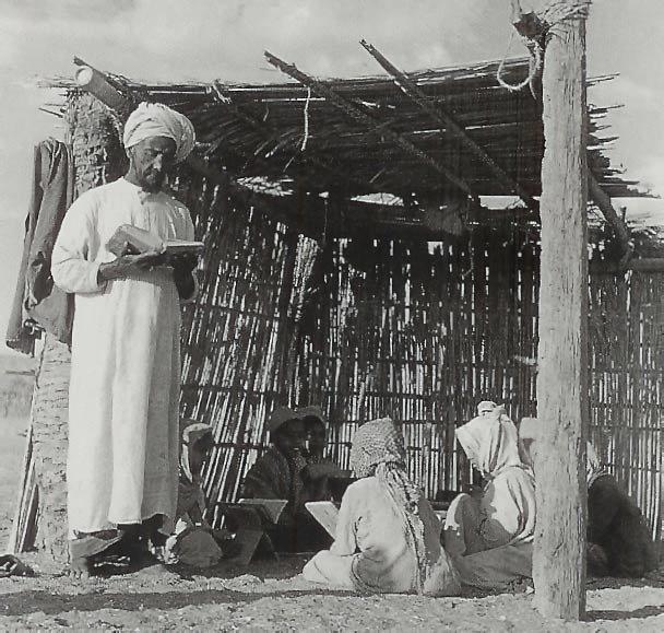 المطوع يدرس أبناء أهالي الفجيرة على قراءة القرآن الكريم