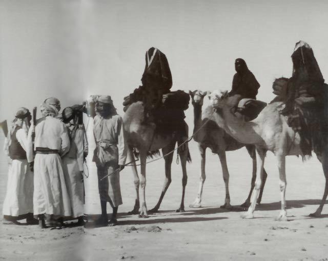 الشيخة سلامة والدة الشيخ شخبوط و #الشيخ_زايد بن سلطان آل نهيان وهي متجهه إلى البريمي صيفاً مع حاشيتها سنة 1949