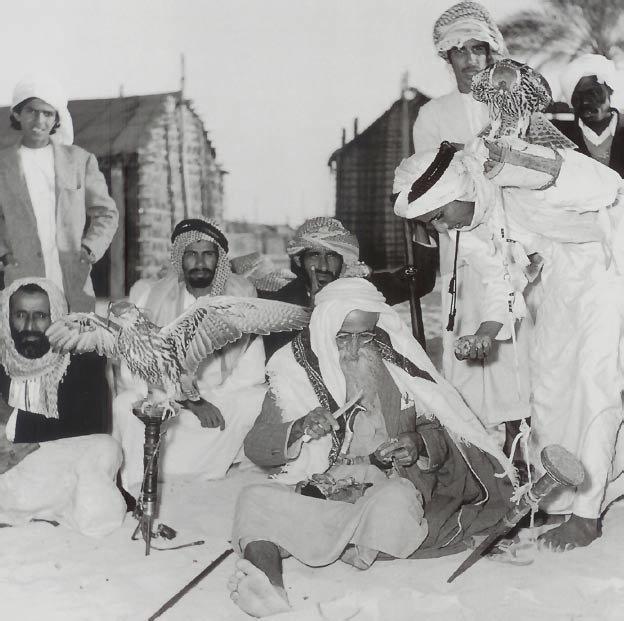 الشيخ سعيد بن مكتوم آل مكتوم في رحلة لتدريب الصقور ، وتبين الصورة الشيخ سعيد وهو يقتطع قطعة من اللحم ليكافيء بها الصقر