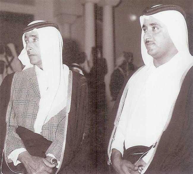 الشيخ مكتوم بن راشد آل مكتوم والشيخ محمد بن حشر آل مكتوم رئيس دائرة العدل