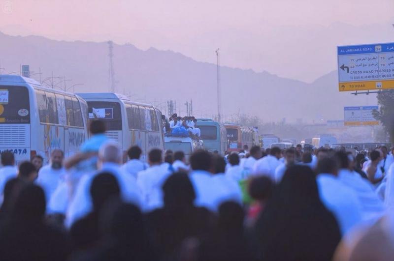 ينفر الحجاج الآن من عرفات إلى مزدلفة بعد أن قضوا يوماً كاملاً في عرفات حتى غروب الشمس
