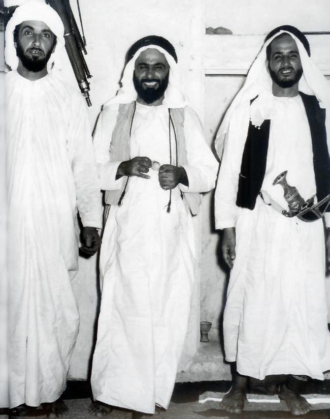 #الشيخ_زايد بن سلطان والشيخ هزاع بن سلطان والشيخ خالد بن سلطان، والتقطت الصورة في سنة 1953 وذلك في المجلس الذي يعلو شرفة القلعة