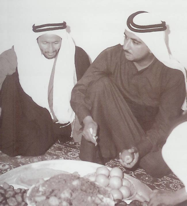 الشيخ مكتوم بن راشد آل مكتوم مع عمه الشيخ خليفة بن سعيد آل مكتوم