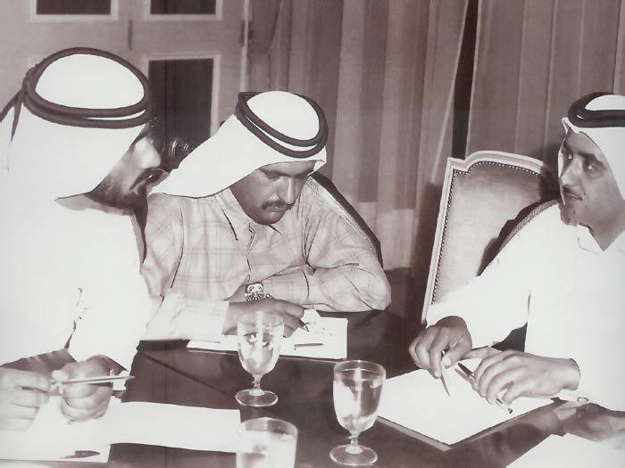 الشيخ مكتوم بن راشد الشيخ محمد بن راشد والشيخ حمدان بن راشد آل مكتوم وذلك في أجتماعاتهم المعتادة لإدارة الإمارة