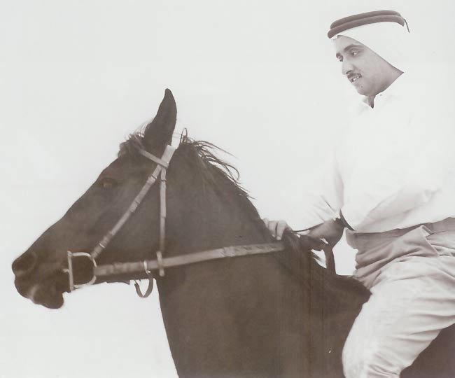 الشيخ مكتوم بن راشد آل مكتوم على صهوة جواده وفي فترة استراحة