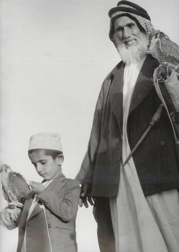 سمو الشيخ محمد بن راشد ال مكتوم يحمل صقره و حميد بن عمهي الذي كان يدربه على مهارات القنص