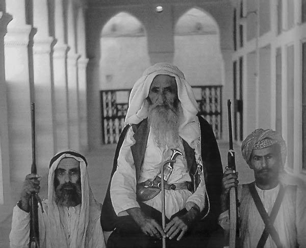 الشيخ سعيد بن مكتوم آل مكتوم مع أثنان من أتباعه على يمين الصورة سيف بن سالم بن سيف أبونواس ولد الشيخ سعيد عام 1878 وحكم دبي لمدة 46 سنة من 1912 وحتى وفاته عام 1958م