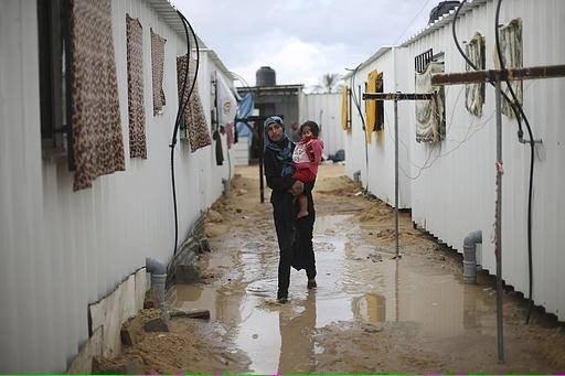 جاء المطر وجرح #غزة لم يندمل بعد، المطر يجتاح مئات المساكن المؤقتة التي يسكنها أصحاب البيوت المهدومة