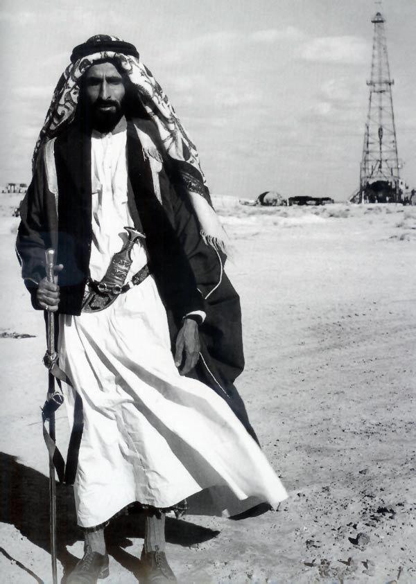 الشيخ شخبوط بن سلطان آل نهيان خلال حفل تدشين أول بئر نفطي في رأس الصدر