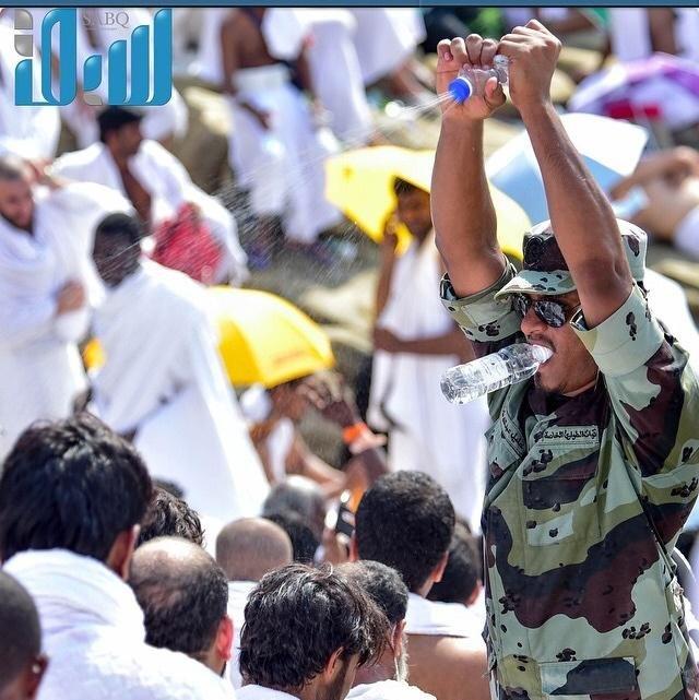 #صورة رجل أمن يرش الماء البارد على الحجاج في مشعر عرفات #مكة #السعودية