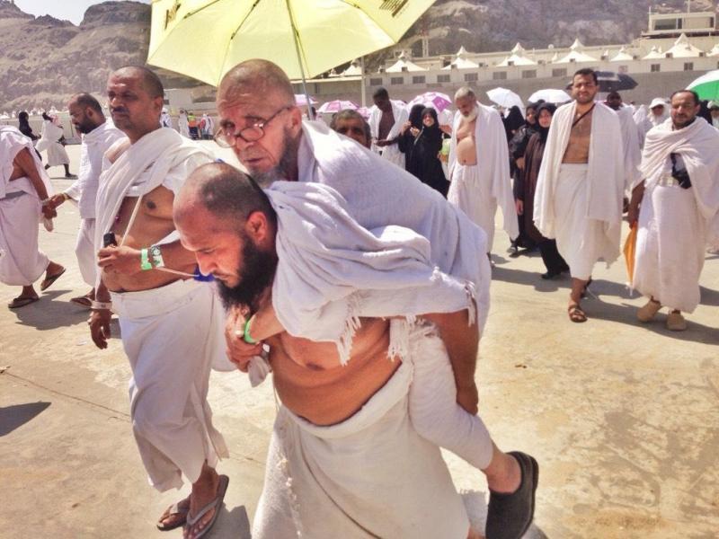صورة حاج مصري يحمل عجوزا في الحج وظهر انه لا يعرفه تصبح الصورة الأكثر انتشارا على #تويتر لليوم ب12 الف اعادة تغريد