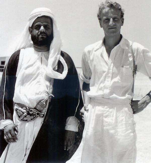 الشيخ أحمد بن راشد المعلا حاكم ام القيوين مع رونالد كوداري في بداية الخمسينات