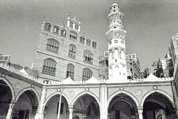 اروقة باب الندوة والمئذنة سنة 1366هـ وتظهر مباني ذات زخارف ورواشين جميلة #صور_#قديمة_من_الحرمين