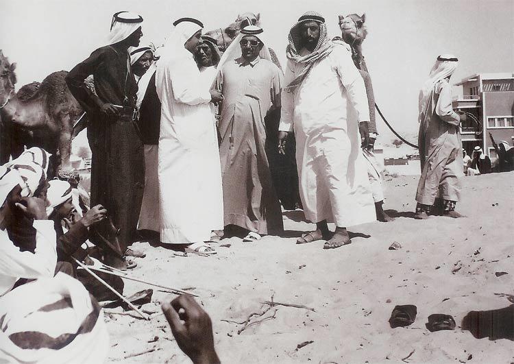 الشيخ مكتوم بن راشد آل مكتوم و الشيخ حمدان بن راشد آل مكتوم في نقاش مع بعض تجار الابل