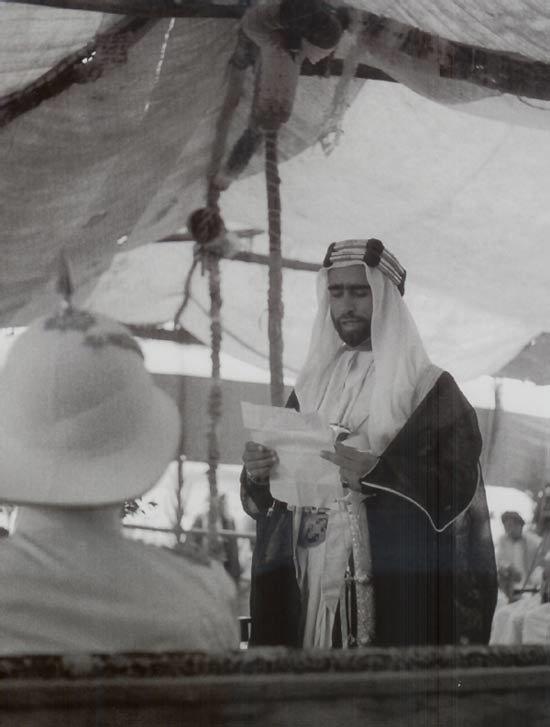 الشيخ صقر بن سلطان القاسمي خلال قرائته لخطاب توليه منصب حاكم الشارقة سنة 1951، وكانت هي المرة الأولى في إمارات الساحل المتصالح (الإمارات) التي يقوم فيها حاكم بقراءة خطاب وإقامة حفل تنصيب