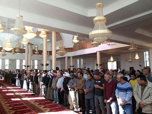 أول صلاة تقام في جامع الشيخ خليفة بن زايد في القدس -صورة 3-