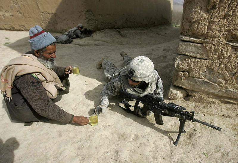 صور لا تحتاج الى تعليق (عجوز أفغاني يقدم الشاي لجندي أمريكي)