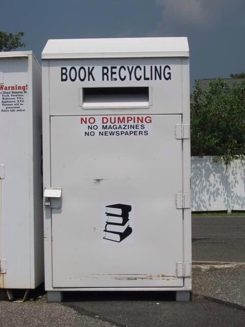في #السويد عند كل #مدرسة حاويات لاعادة تصنيع الورق يضع فيها الطلاب كتبهم ودفاترهم بعد الاختبارات