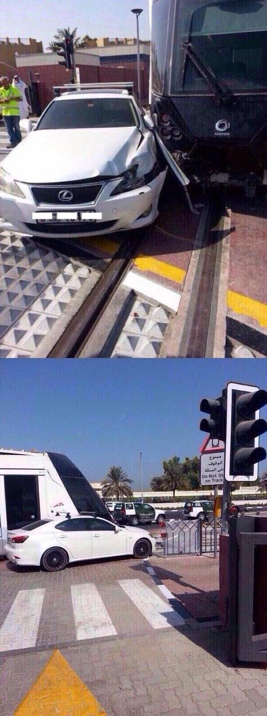 حادث بين ترام #دبي وسيارة لكزس