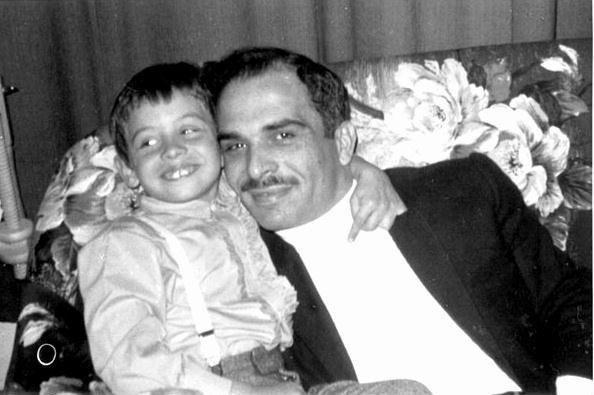 صورة نادرة لجلالة الملك حسين رحمه الله وجلالة الملك عبدالله الثاني