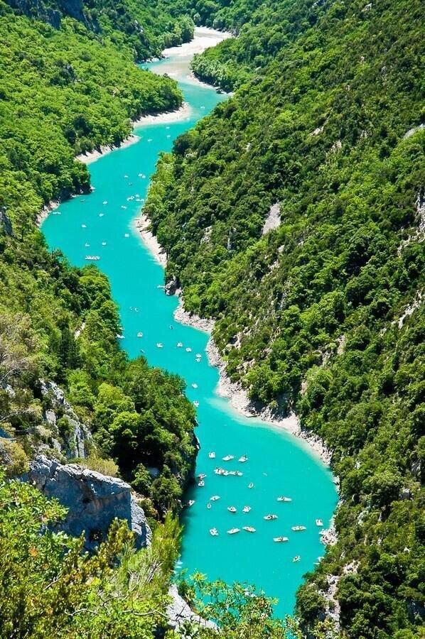 نهر وادي فيردون، يتميز بلونه الفيروزي الساحر ، يقع في جنوب شرق فرنسا.