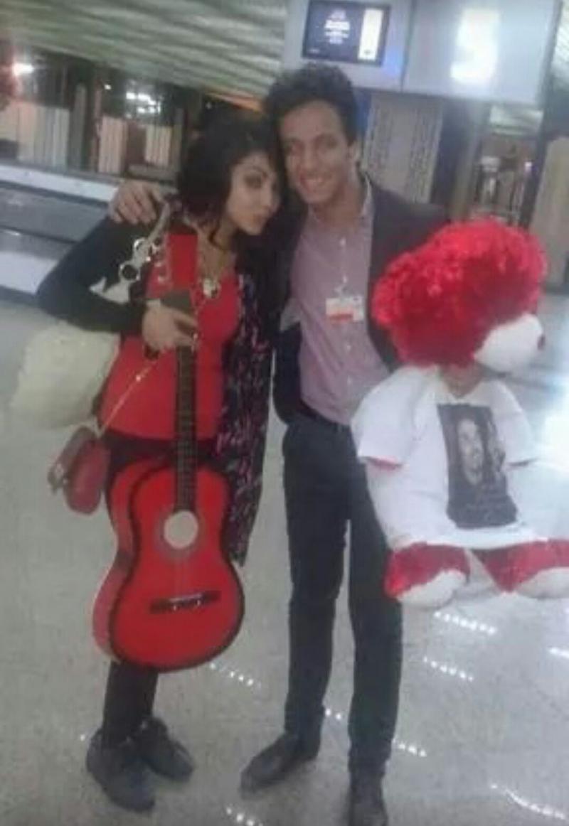 صورة #ابتسام_تسكت في المطار مع احد المعجبين #ستار_اكاديمي #StaracArabia #خلي_نجمك_يلمع #IbtissamTiskat