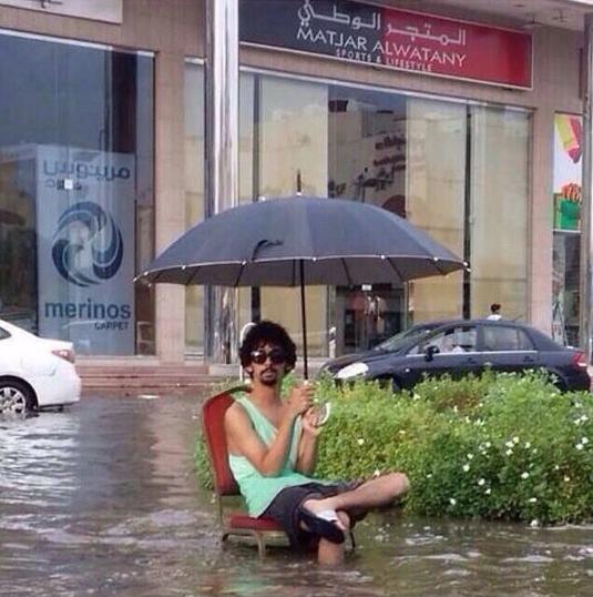 صورة طريفة: كيف عبّر شاب عن سوء تصريف المياه بـ #جدة ؟ #أمطار_جدة