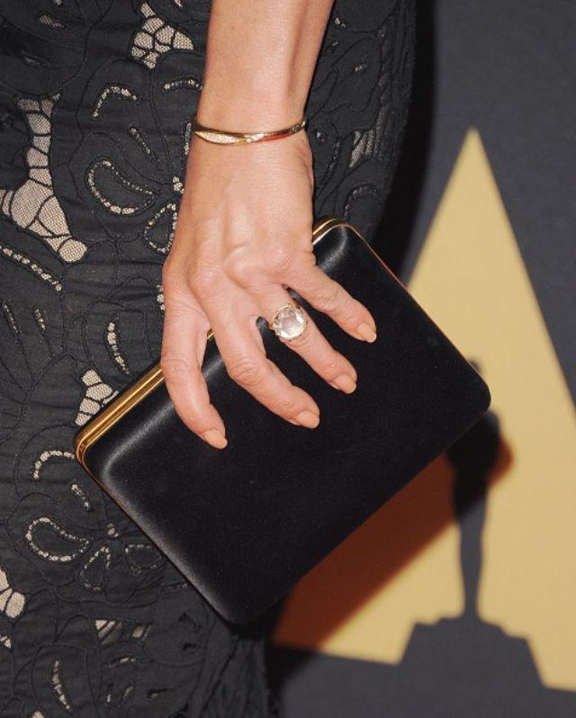 #جنيفر_أنيستون بعد 5 سنوات ترتدي خاتم خطوبتها