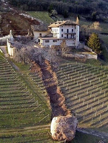 حقل في إيطاليا بعد تدحرج صخرة فيه